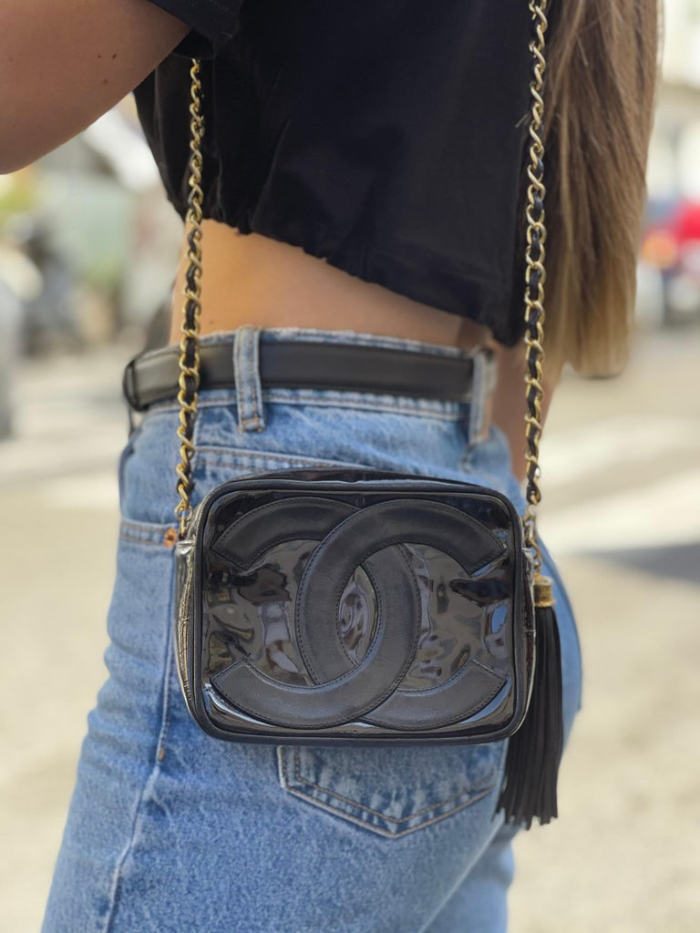Chanel Camera Bag model in black leather and patent leather. Zip closure, not very large inside. Shoulder strap in leather and chain. For an 80's product it is in excellent condition.
