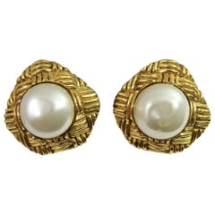 80's Chanel Vintage  Pearl Earrings in Gold-Plated Metal