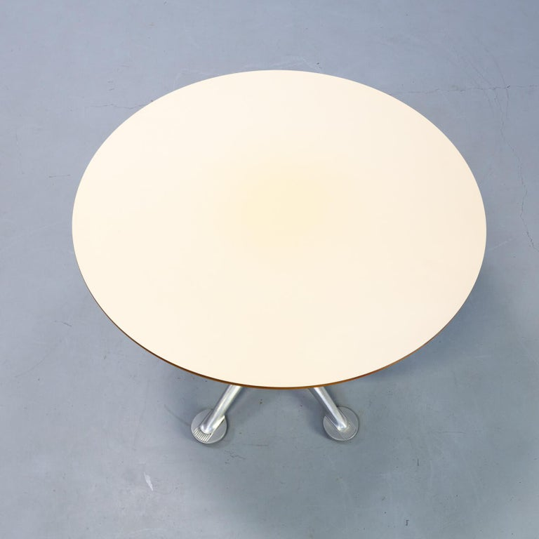 Mid-Century Modern 1980s Jorge Pensi Round Dining Table for Amat3 For Sale