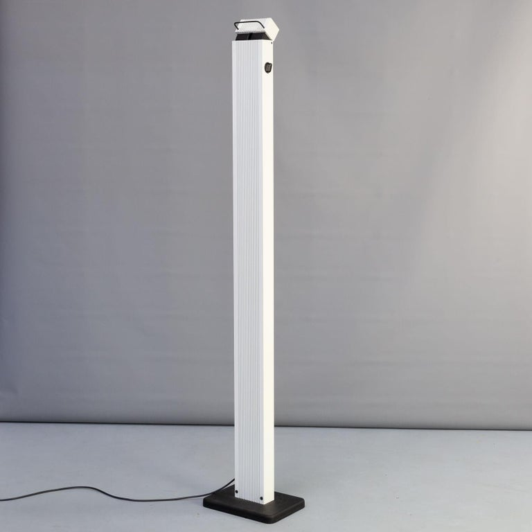 This Zagar floor lamp was designed in the 1980s by Sergio Carpani and is really a beautiful piece that shows the Italian design skills of those years. The turnable head of the uplighter lamp makes the lightning fall changeable in any environment.