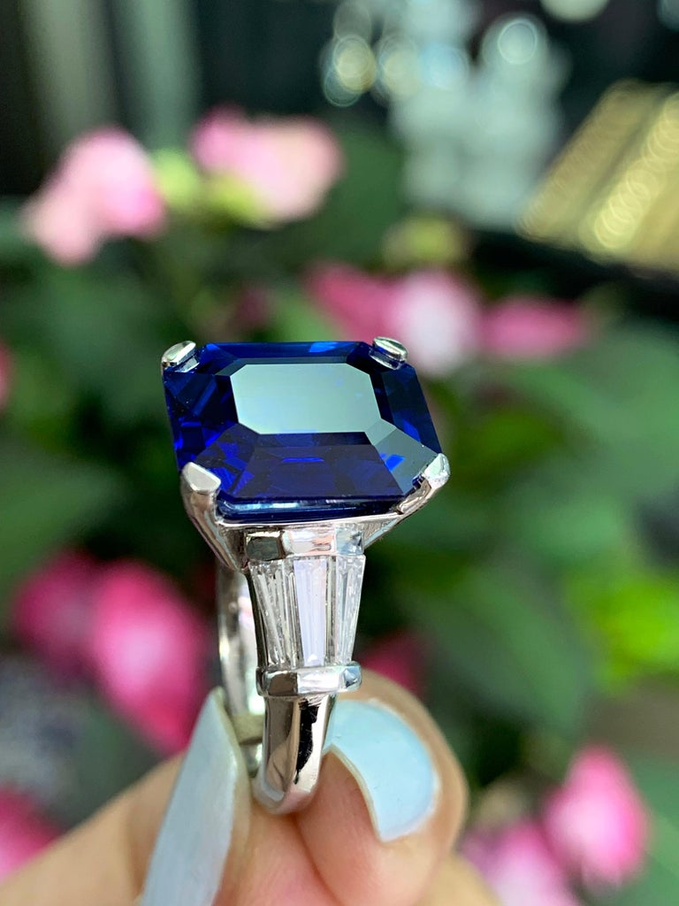 8.88 Carat Royal Blue Emerald Cut Natural Sapphire and Diamond Engagement Ring In Excellent Condition For Sale In London, GB