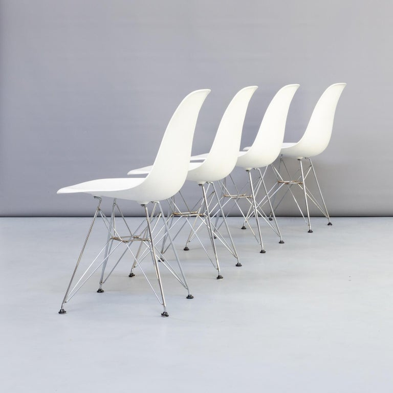 The so-called Eiffel Tower base of the DSR (dining height side chair rod base) chair consists of a complex and elegant steel wire construction, combined with light, elegant shapes with structural strength. The organically shaped plastic shell is in