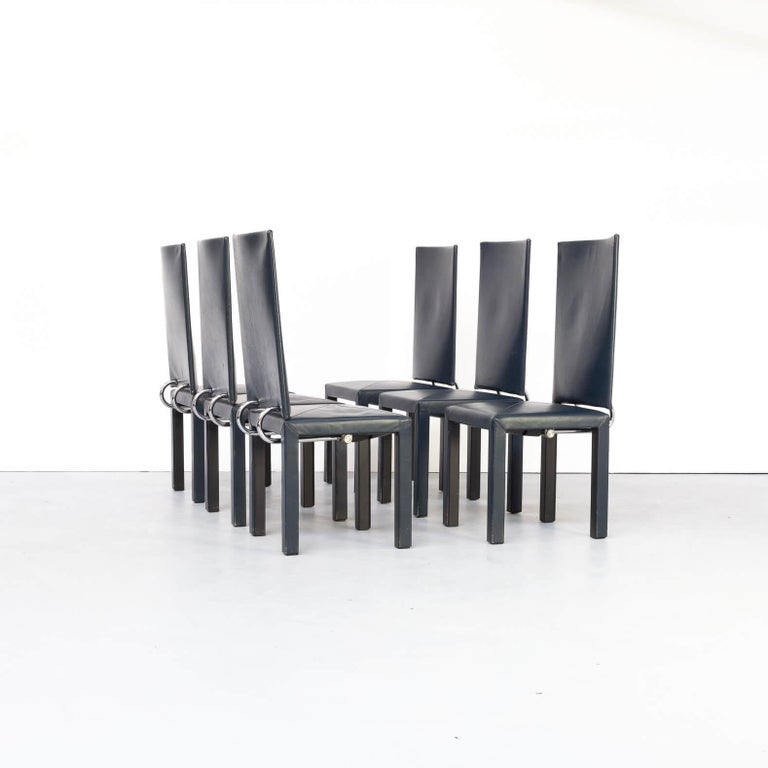 This Acradia dining set has been designed in the 80s for B&B Italia and besides the clear lined though spectaculair design the seating makes your dining session a late evening event. The chairs are like all B&B chairs in high quality build and the