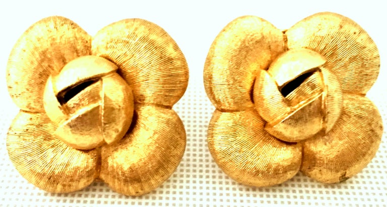 90'S St. John Brushed Gold Plate Abstract Flower Earrings In Good Condition For Sale In West Palm Beach, FL