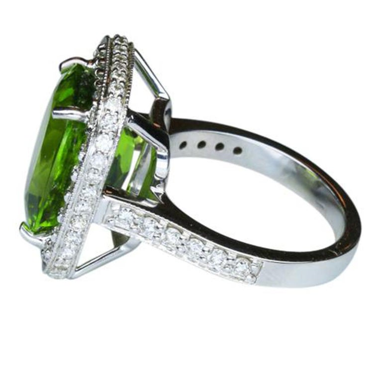 9.54 Carat Cushion Cut Peridot Diamond Gold Cocktail Ring Fine Estate Jewelry In Excellent Condition For Sale In Montreal, QC