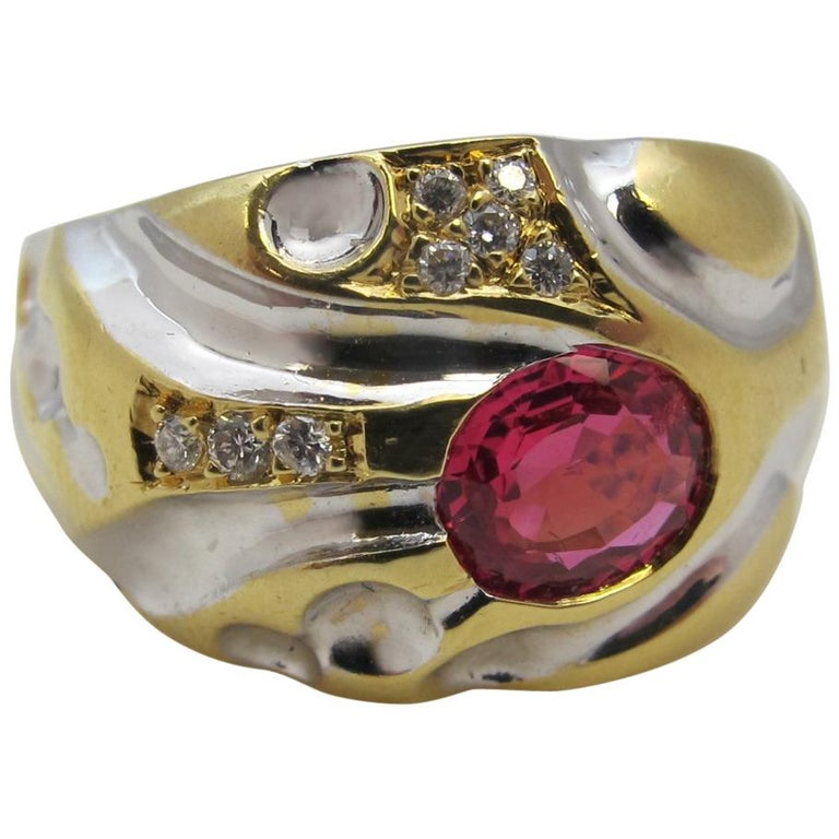 .98 Carat Pink-Red Spinel with .12 Carat Diamonds Gold Ring For Sale