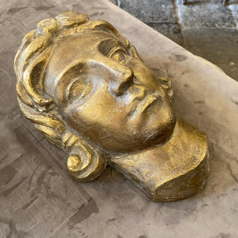 1930s Art Deco Gilded Plaster Italian Sculpture of an Head In Good Condition For Sale In Aci Castello, IT