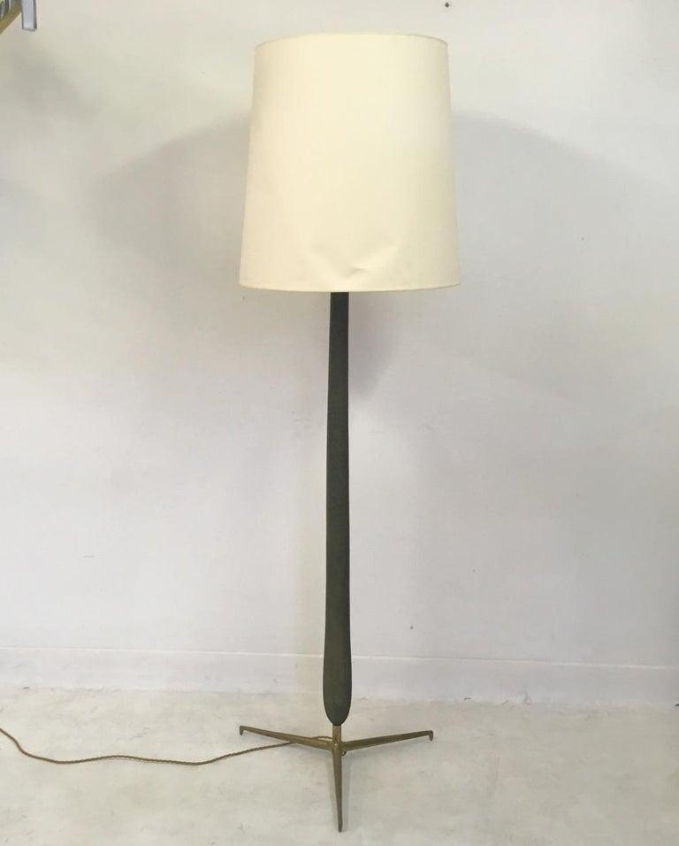 Mid-Century Modern 1950s Italian Wood and Brass Floor Lamp For Sale