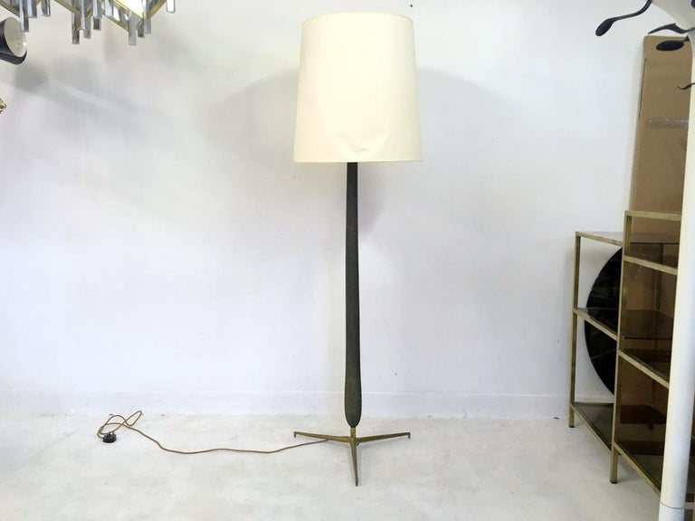 1950s Italian Wood and Brass Floor Lamp In Good Condition For Sale In London, London