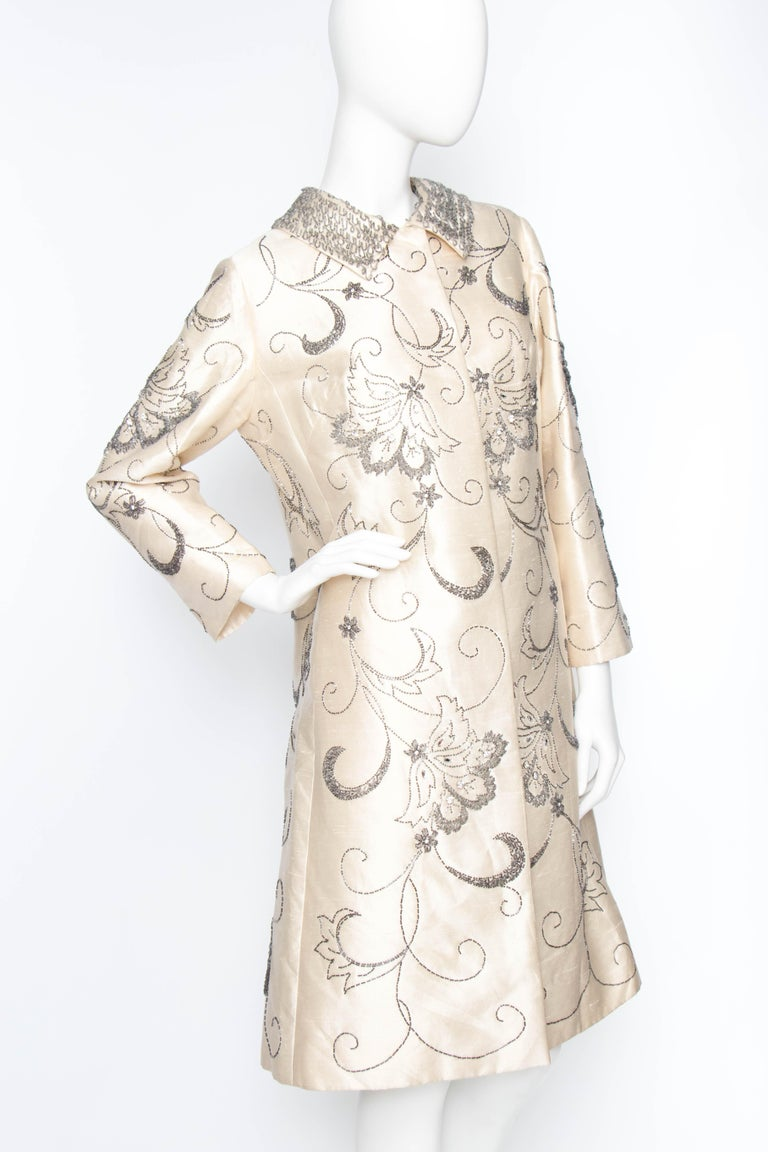 A 1960s Ivory Silk Couture Coat With Beads and Embellishment In Good Condition For Sale In Copenhagen, DK
