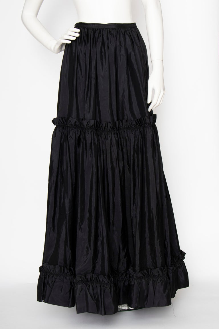A 1980s Vintage Yves Saint Laurent Rive Gauche Black Silk Taffeta Skirt In Good Condition For Sale In Copenhagen, DK
