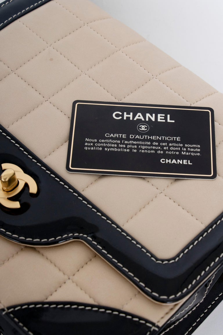 A 1990s Chanel Beige Quilted leather and Black Patent Leather Shoulder Bag  For Sale 6