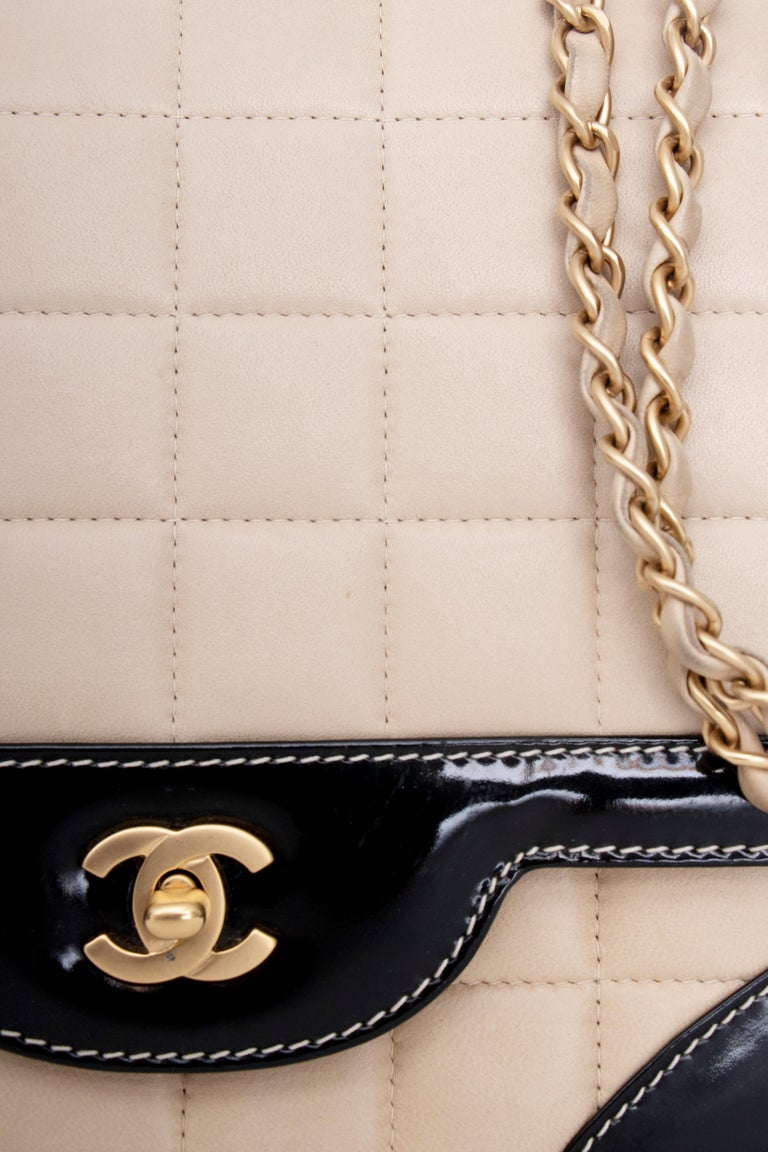 A 1990s Chanel Beige Quilted leather and Black Patent Leather Shoulder Bag  In Good Condition For Sale In Copenhagen, DK