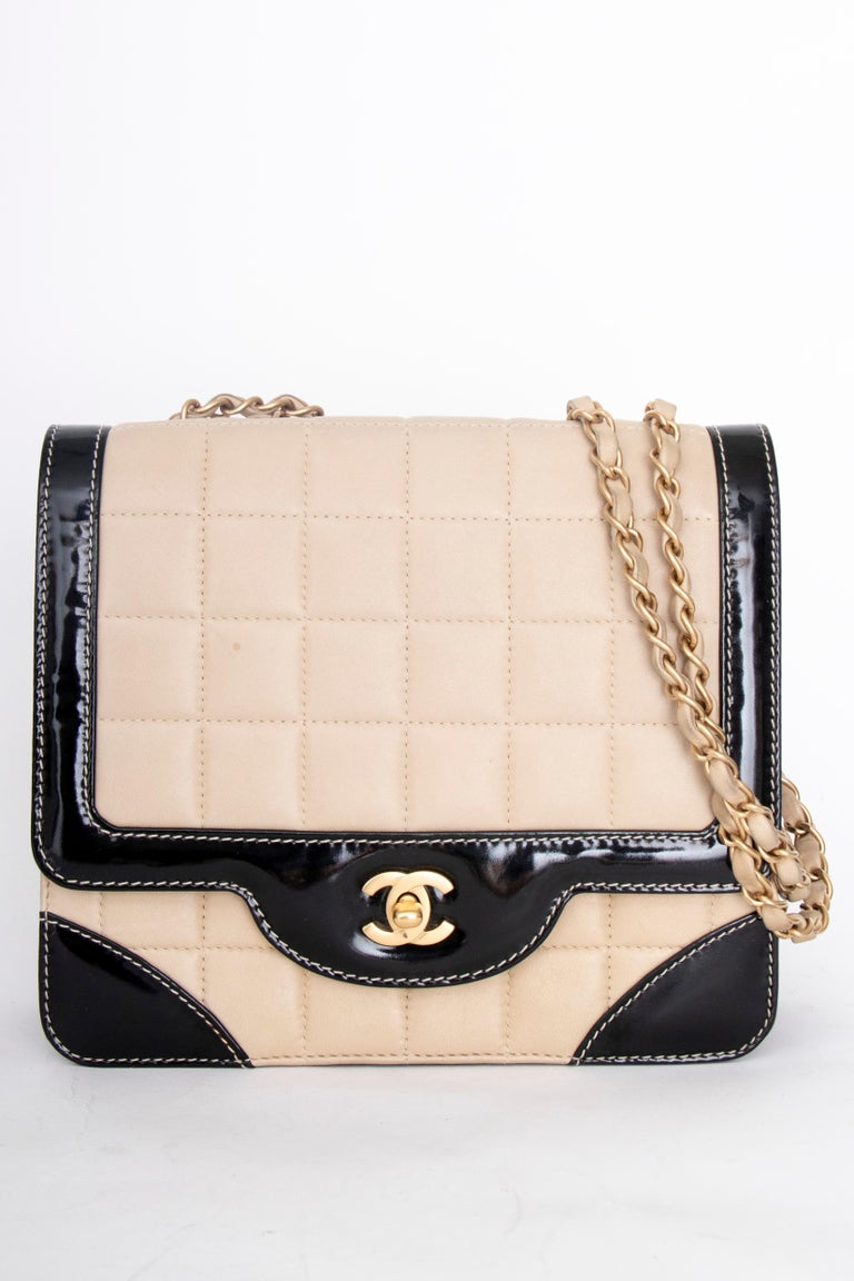 A 1990s Chanel Beige Quilted leather and Black Patent Leather Shoulder Bag  For Sale 3