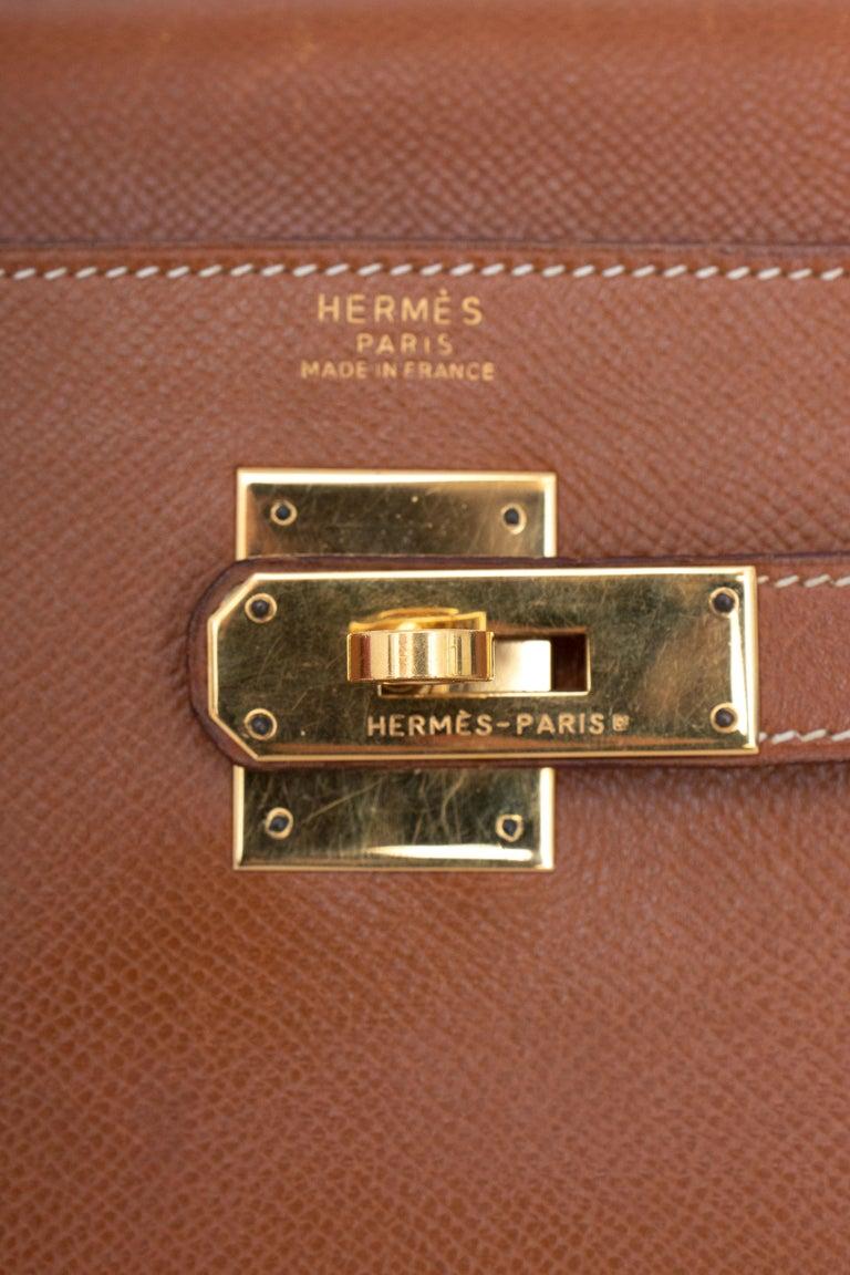 A 1990s Vintage Hermès Kelly 32 Epsom Handbag with Gold Hardware  For Sale 5
