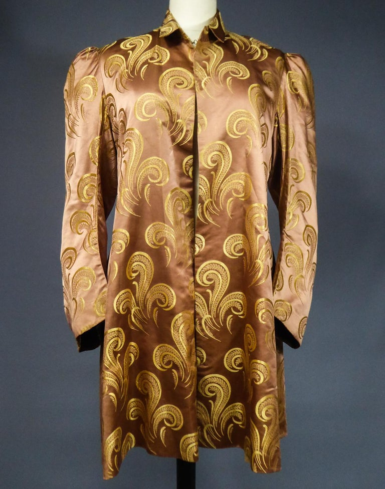 A Brocaded Satin Silk Evening Jacket Circa 1930/1950 In Excellent Condition For Sale In Toulon, FR