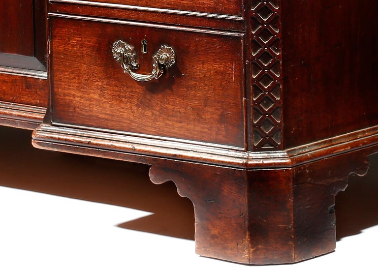 Brown Mahogany George III Chippendale Kneehole Desk In Good Condition For Sale In Dublin, GB