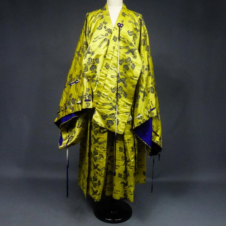 Circa 1960/1980 France  Astonishing chinese dramatic set in damask satin consisting of a short kimono and a sirwal pants from the second half of the 20th century. A fine silk damask representing stylized birds and flowers appearing earlier than the