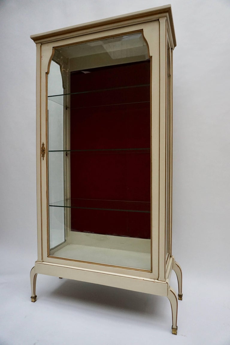 Hollywood Regency Cream and Gold Painted Wood and Glass Showcase Vitrine For Sale