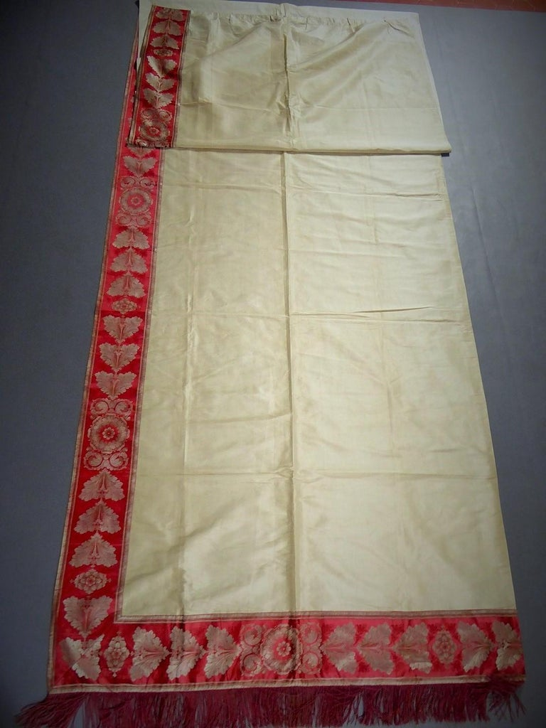 A Curtain in Cream Taffeta and Border in Red and Silver Lampas French Circa 1830 In Excellent Condition For Sale In Toulon, FR