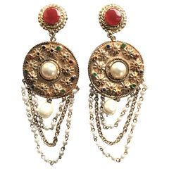 A decorative unsigned long ear clip gold-plated with false pearls and chains