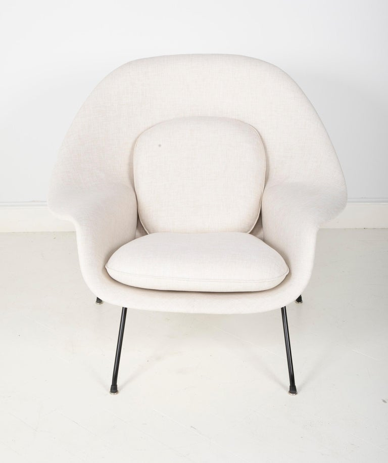 A early production womb chair designed by Eero Saarinen. Produced by Knoll starting in 1946 this model was produced in 1952. It retains its original label. Newly reupholstered.