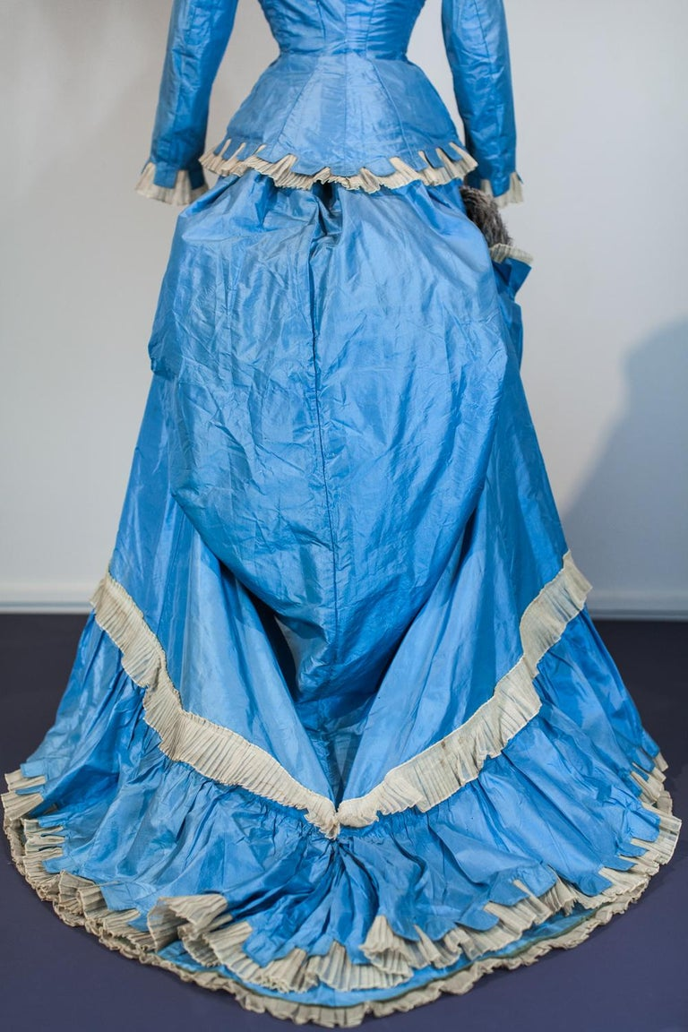 A French Victorian Bustle Day Dress and Pouf in Sky-blue Taffeta Circa 1875 For Sale 5