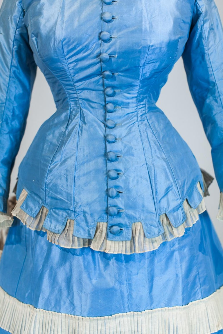 A French Victorian Bustle Day Dress and Pouf in Sky-blue Taffeta Circa 1875 In Good Condition For Sale In Toulon, FR