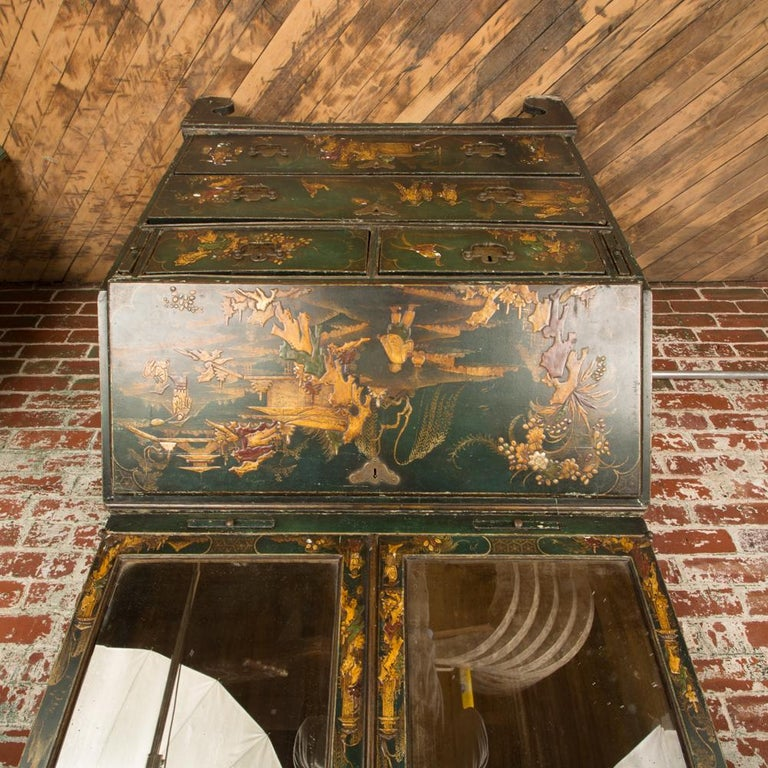 George I Green Japaned and Parcel Gilt Lacquer Bureau, 18th C In Good Condition For Sale In Philadelphia, PA