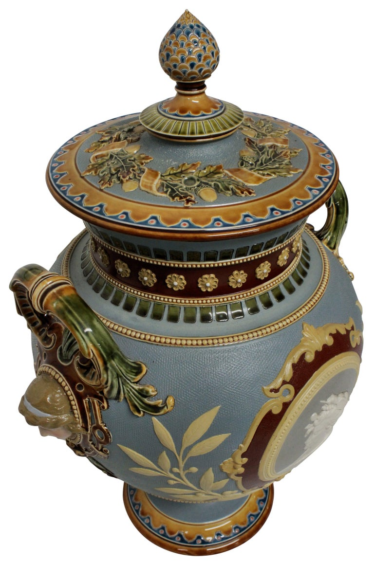 German Majolica Classical Tazza In Good Condition For Sale In London, GB