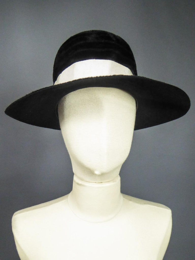 Circa 1970 England  Collector's hat in felt ribbed with plush concentric bands from the Atelier Lucas for Harrods, a famous London luxury store dating from the 1970s. Hat with high round skullcap, wide shapeable edges and large silk Grosgrain ribbon