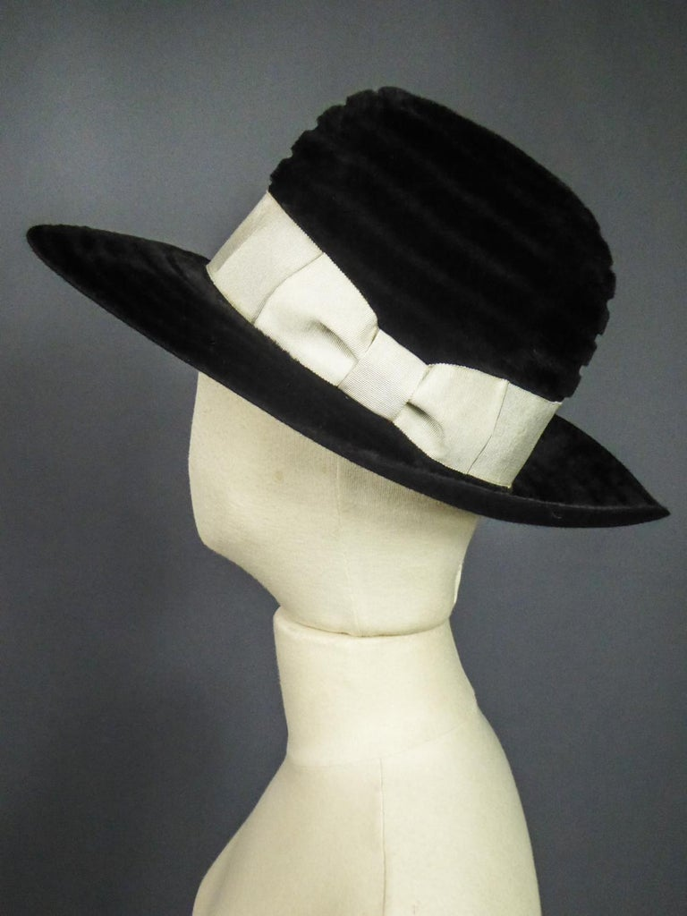 A Harrods Plush Felt Hat by Atelier Lucas - London Circa 1970  In Excellent Condition For Sale In Toulon, FR