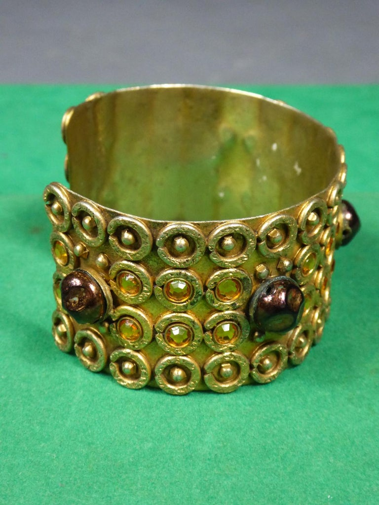 A Henry Perichon Bracelet in Brass and Pearlsfor Haute Couture Circa 1960 In Excellent Condition For Sale In Toulon, FR
