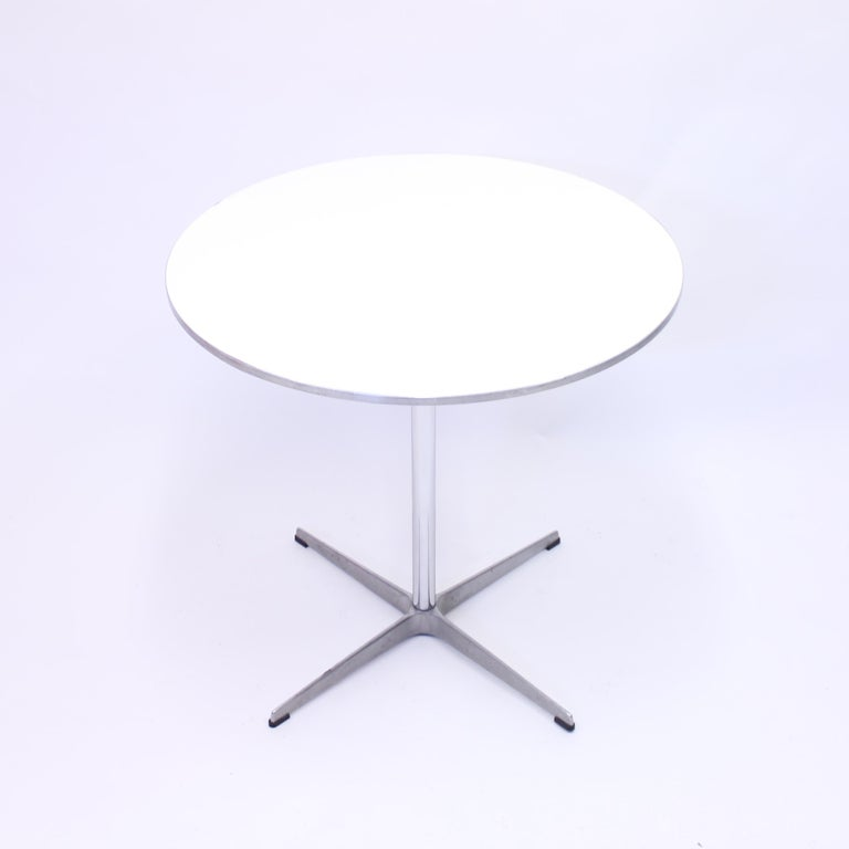 Dining table, model A622 called Circular table, designed by Arne Jacobsen, Bruno Mathsson & Piet Hein for Fritz Hansen. This example from 1987. Marked with sticker on the underside of the table top. Good vintage condition with normal ware consistent