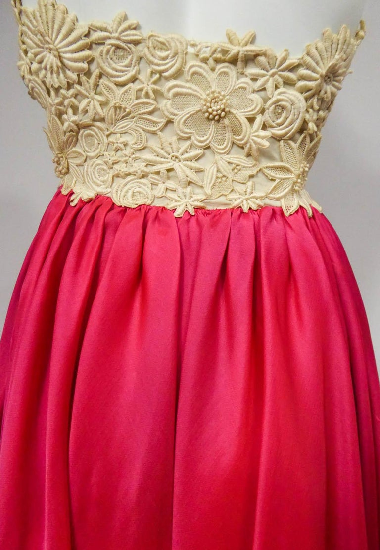 A Jacques Griffe French Couture Evening Dress in Muslin and Lace Circa 1958 In Excellent Condition For Sale In Toulon, FR
