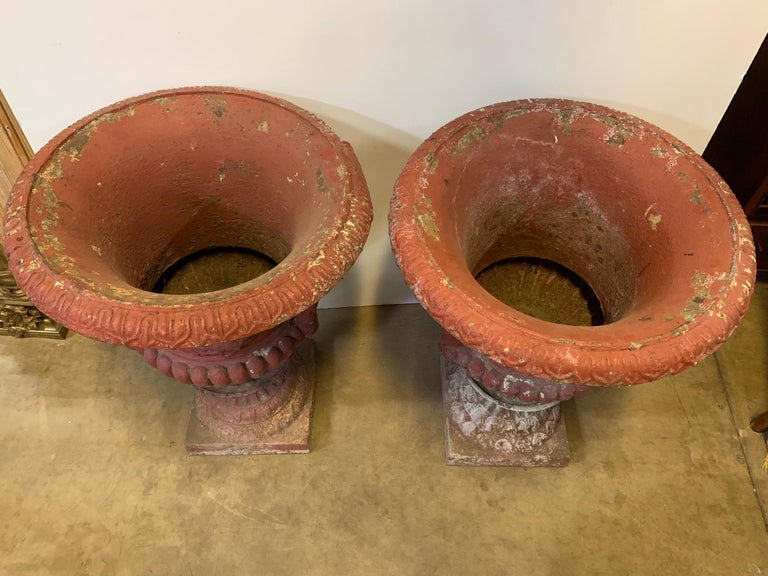 Iron Large Pair of American Garden Urns with a Plaque of George Washington For Sale