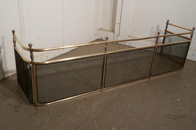 Large Victorian Brass Club Fender In Good Condition For Sale In Chillerton, Isle of Wight