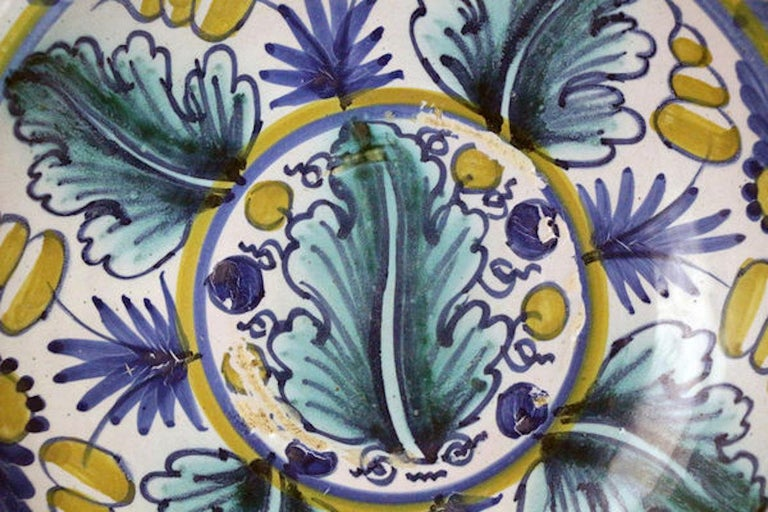 London Delftware Blue Dash Oak Leaf Charger, Late 17th Century In Good Condition For Sale In Woodstock, OXFORDSHIRE