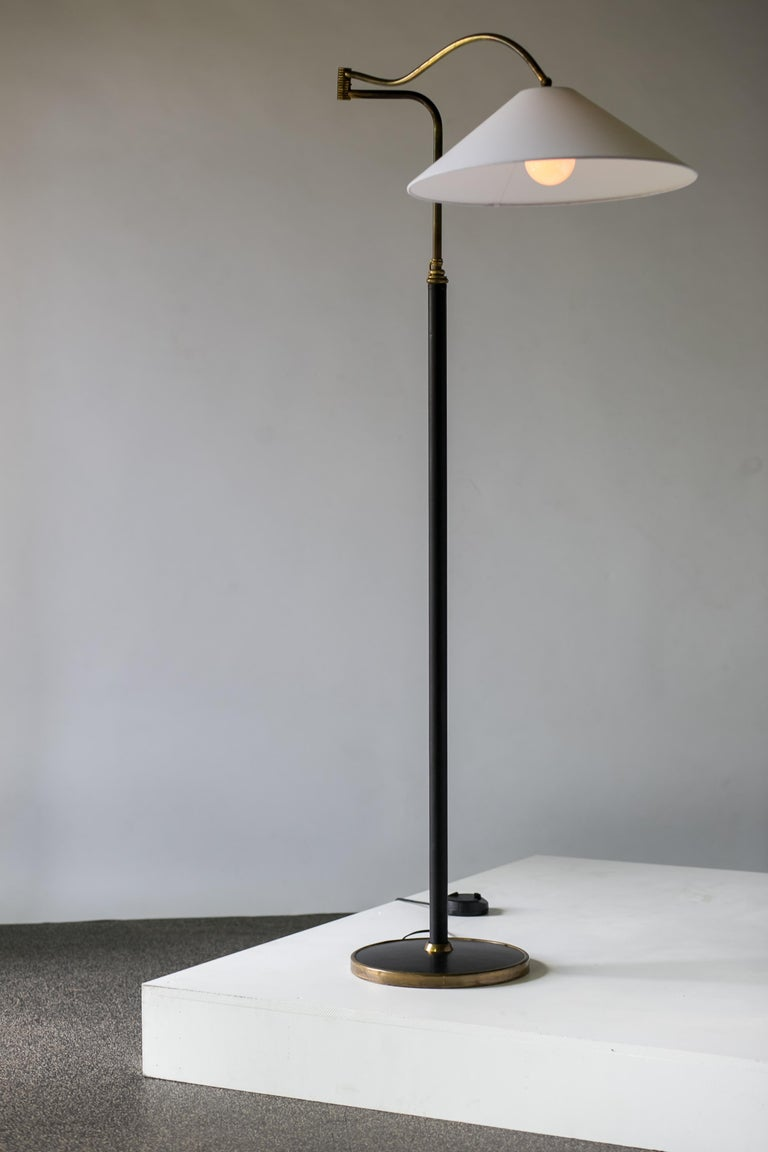 20th Century Mid-Century Modern Italian Floor Lamp In Brass, Black Leather and White Linen For Sale