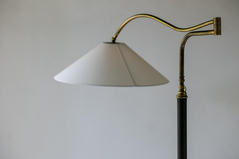 Mid-Century Modern Italian Floor Lamp In Brass, Black Leather and White Linen For Sale 3