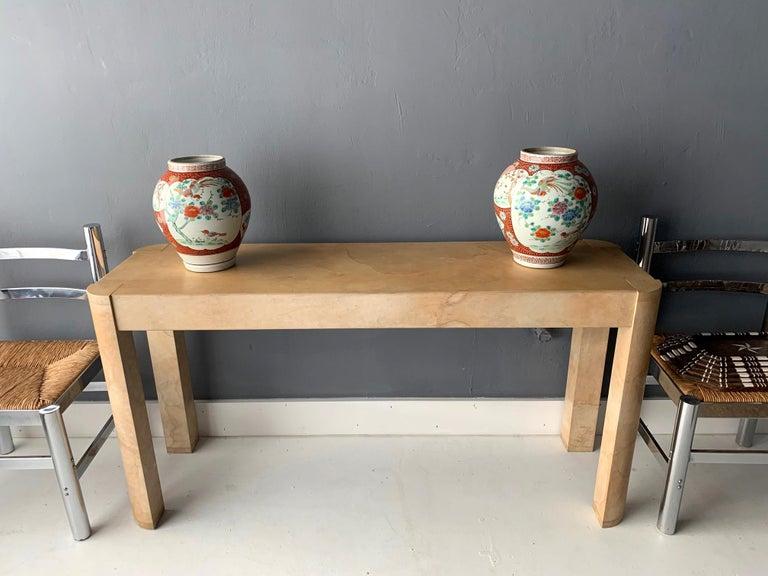 Near Pair of Antique Japanese Arita Export Ceramic Jars In Good Condition For Sale In Atlanta, GA
