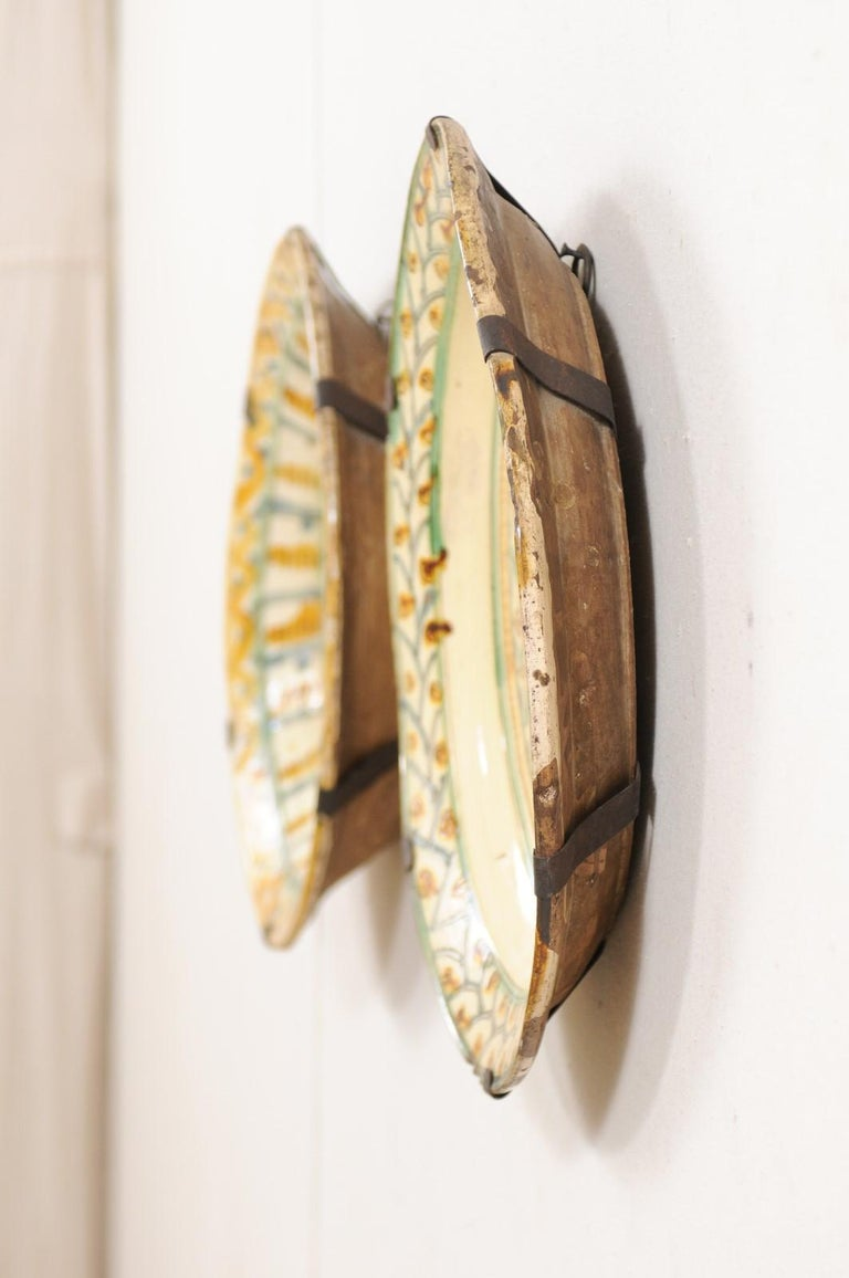 Pair of 18th Century Spanish Majolica Platters, Bird & Leaf Motif in Jewel Tones For Sale 4