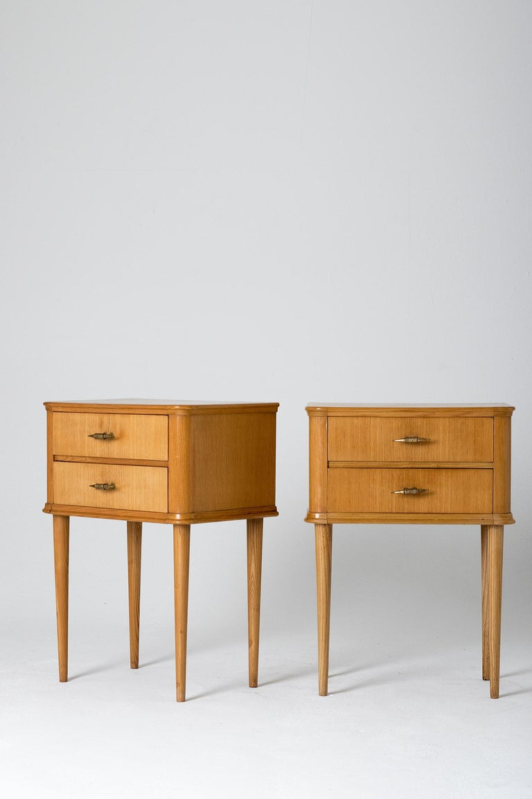 Mid-Century Modern Pair of 1940s Oak Bedside Tables For Sale