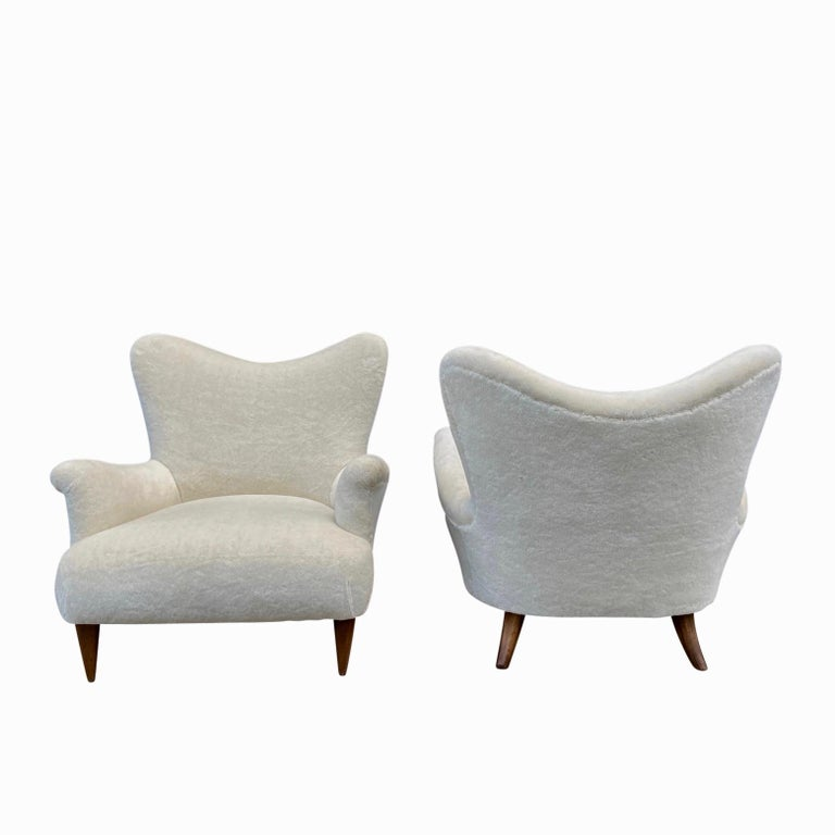 Pair of 1950s Large and Comfortable White Italian Armchairs, Lounge Chairs For Sale 1