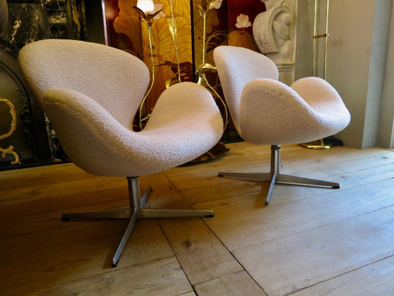 Pair of Arne Jacobsen Swan Chairs for Fritz Hansen For Sale 3