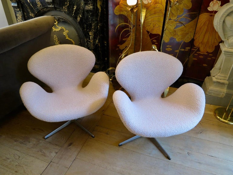 Pair of Arne Jacobsen Swan Chairs for Fritz Hansen For Sale 4