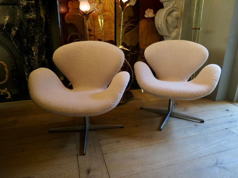Scandinavian Modern Pair of Arne Jacobsen Swan Chairs for Fritz Hansen For Sale