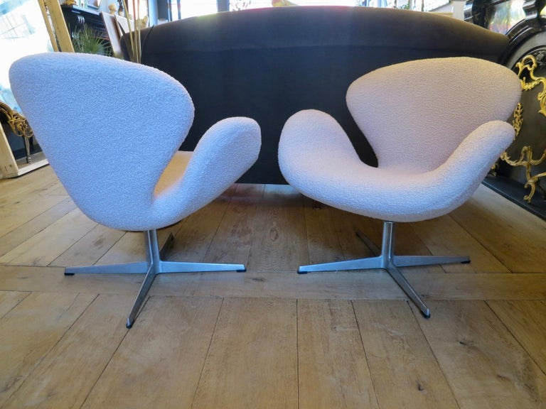 Danish Pair of Arne Jacobsen Swan Chairs for Fritz Hansen For Sale