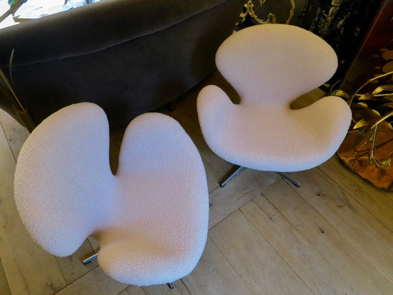 Pair of Arne Jacobsen Swan Chairs for Fritz Hansen For Sale 1