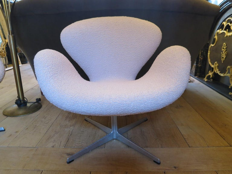 Pair of Arne Jacobsen Swan Chairs for Fritz Hansen For Sale 2